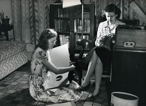 Secretaries in their dorms listening to music on 78 rpm