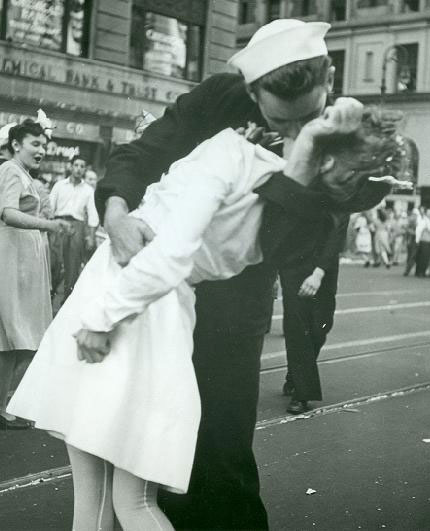 SAILOR KISSING NURSE ON V J DAY IN NY LIFE MAGAZINE 1945 PHOTO 4X6 GLOSSY PAPER